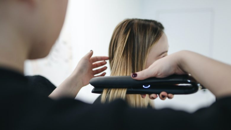 「[最新版]痛みにくいストレートアイロンの選び方と美容師オススメ5選」のアイキャッチ画像