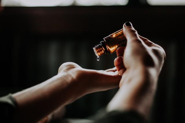 「【意外と知らない!!】正しいヘアオイルの使い方を美容室店長が徹底解説」のアイキャッチ画像