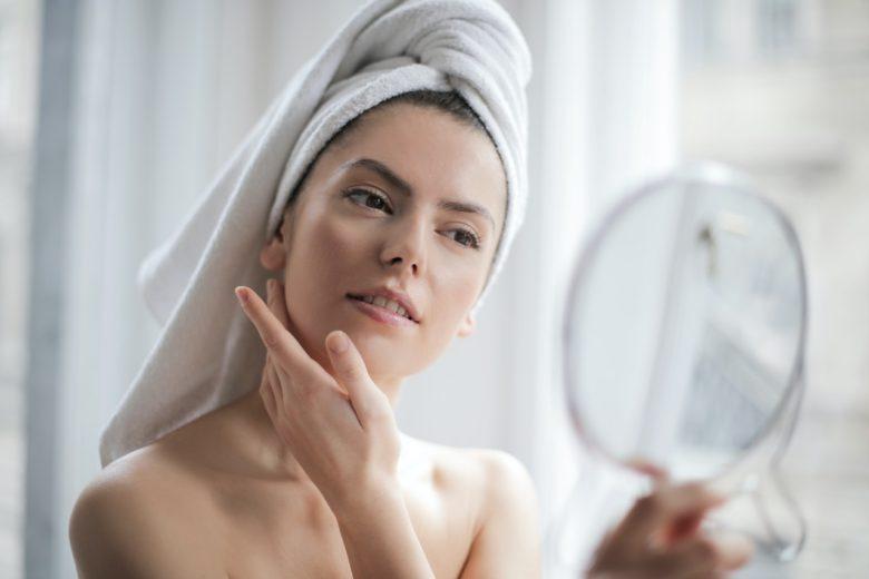 「髪に毛束感をつくる方法!!スタイリングにオススメのヘアオイル5選を美容師が紹介」のアイキャッチ画像
